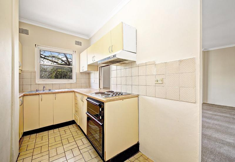 SUNNY 2 BEDROOM APARTMENT METRES FROM...