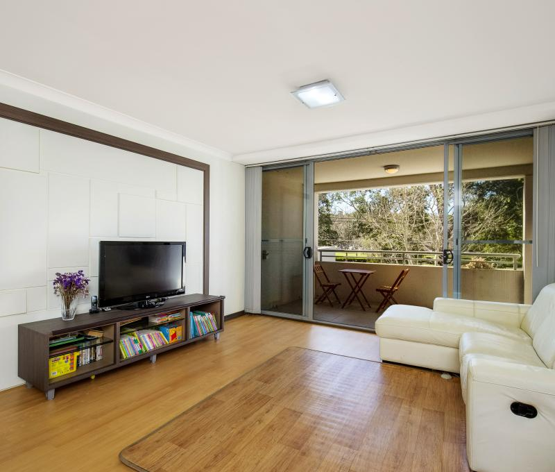 2 Bedroom North Facing Apartment Opposite Anzac Park.